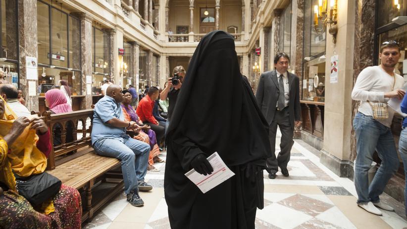 Frankreich: Nahima el Baghdadi musste eine Geldbuße zahlen, weil sie in der Öffentlichkeit einen Nikab trug. Die Vollverschleierung ist in Frankreich und Belgien verboten.