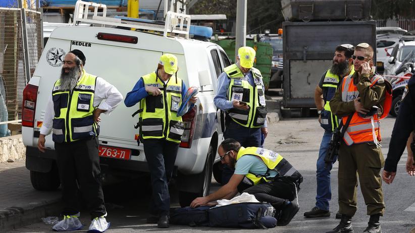 Westjordanland: Nach der Tat im Industriegebiet nahe der israelischen Siedlung Barkan: Mitglieder der israelischen Freiwilligenorganisation ZAKA, die staatliche Rettungskräfte etwa nach Terroranschlägen unterstützt, warten außerhalb der Fabrik auf einen möglichen Einsatz.