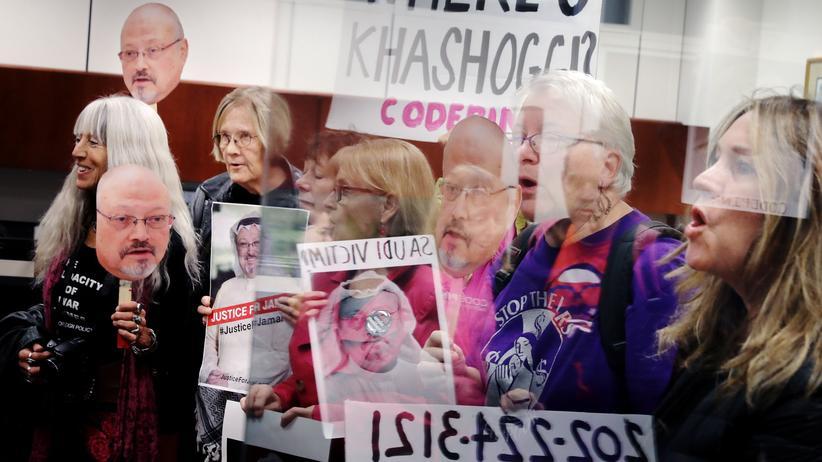 Jamal Khashoggi: Demonstrantinnen und Demonstranten in Washington beklagen die engen Beziehungen der USA zu Saudi-Arabien.