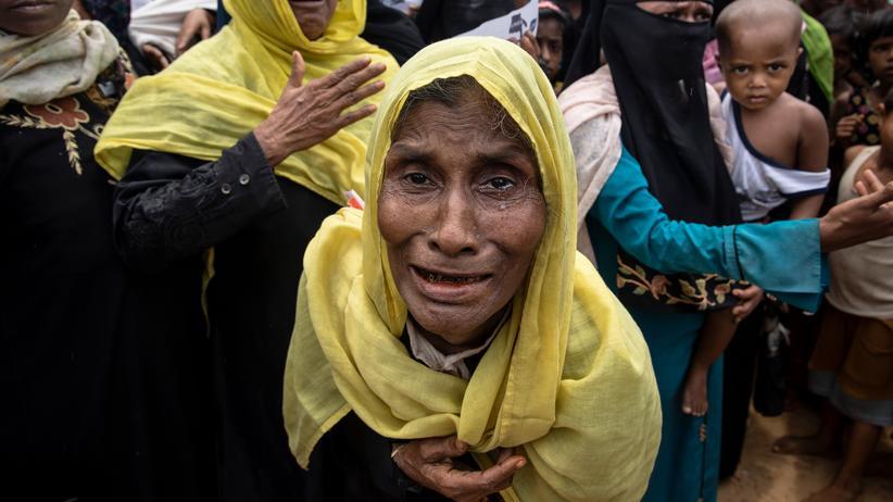 Myanmar: Rohingya-Frauen protestieren im Flüchtlingslager Kutupalong in Bangladesch gegen ihre Vertreibung.