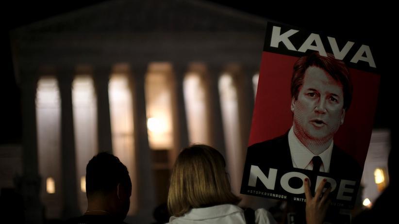 Demonstranten protestieren vor dem Obersten Gerichtshof gegen Brett Kavanaugh.