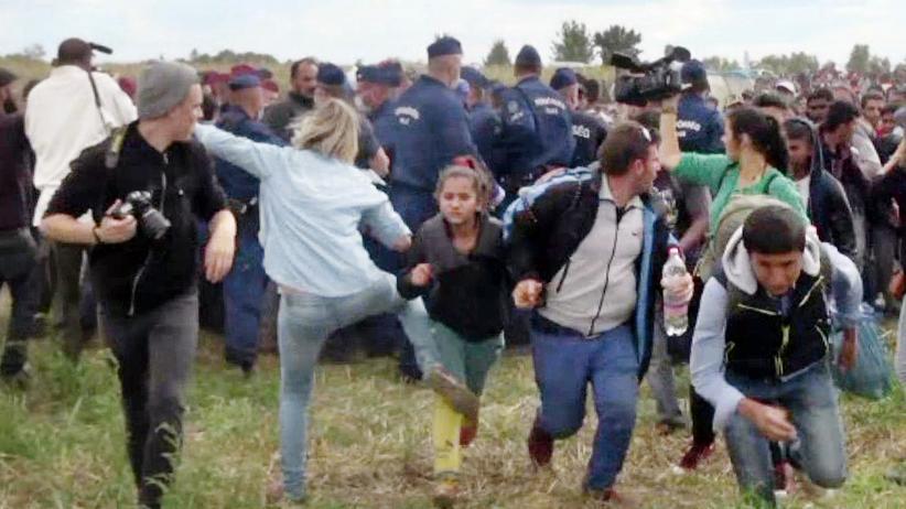 Budapest: Am 9. September 2015 hatten Hunderte Flüchtlinge im Grenzort Röszke bei Szeged eine Absperrung ungarischer Grenzpolizisten durchbrochen. Eine ungarische Kamerafrau trat während ihrer Arbeit mehrmals nach ihnen.