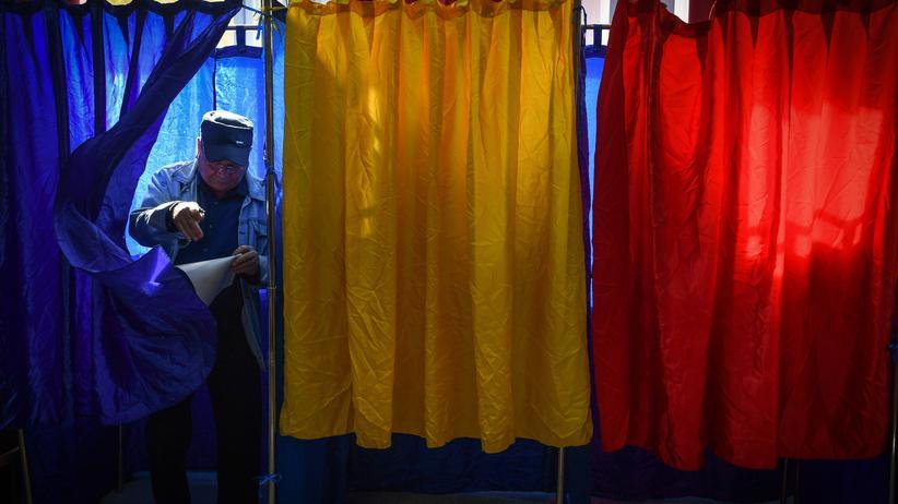 Rumänien: Ein Mann verlässt beim Referendum zur Ehe für alle eine Wahlkabine in der Hauptstadt Bukarest.