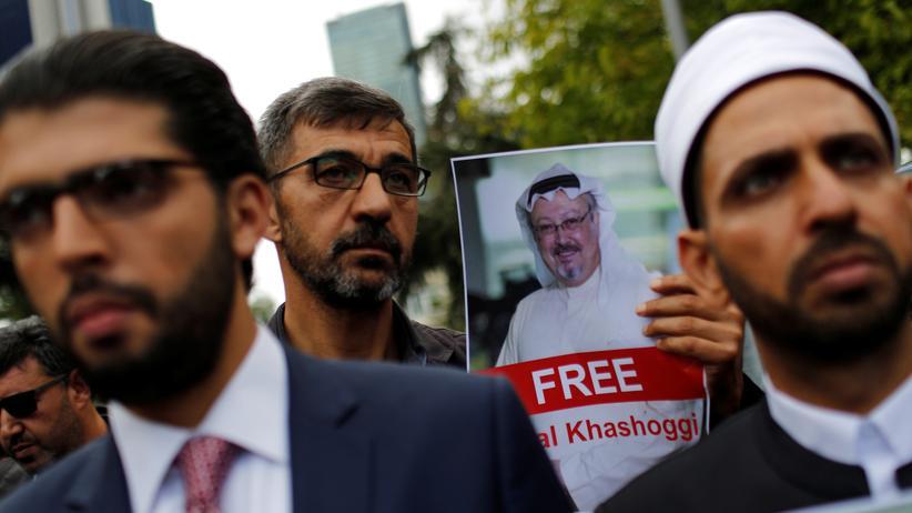 Saudi-Arabien: Menschenrechtsaktivisten und Freunde von Dschamal Chaschukdschi protestieren vor dem saudischen Konsulat in Istanbul.
