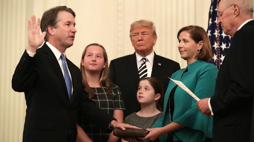 Supreme Court: Brett Kavanaugh (links, mit seiner Familie) wird als Oberster Bundesrichter vereidigt.