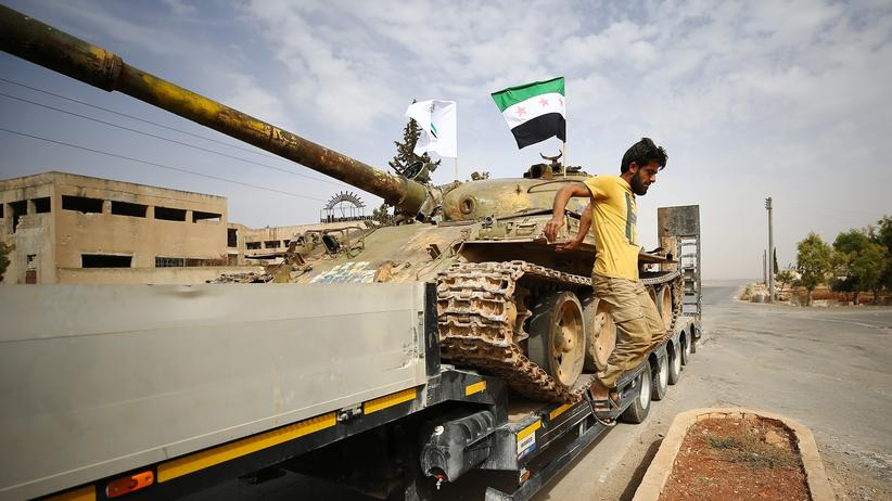 Syrien: Syrische Rebellen beim Abzug eines Panzers in Idlib