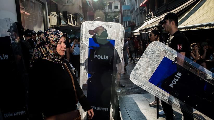 Präsidentenbeleidigung: Polizisten während einer Demonstration in Istanbul: Einem Medienbericht zufolge sitzt ein weiterer Deutscher in der Türkei in Haft.