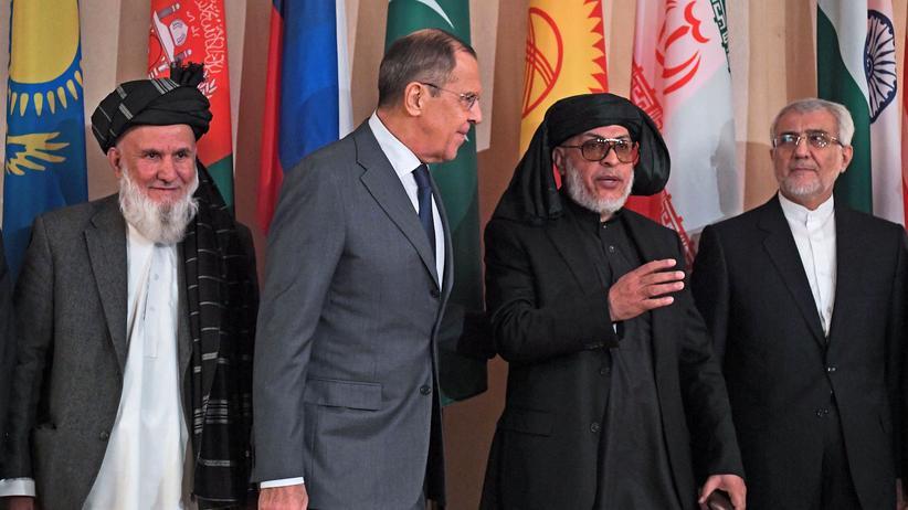 Afghanistan: Der russische Außenminister Sergej Lawrow und Vertreter der afghanischen Regierung sowie der Taliban posieren vor Beginn der Konferenz für ein Foto.