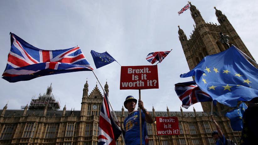 Großbritannien: Blick auf das britische Parlament in London: Ein geplanter Vertrag für den Austritt Großbritanniens im März 2019 ist weitgehend fertig. Es fehlt aber noch die Einigung zur künftigen Grenze zwischen Irland und Nordirland.