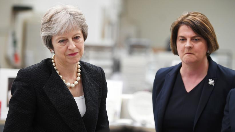 Brexit: Großbritanniens Premierministerin Theresa May und die DUP-Vorsitzende Arlene Foster
