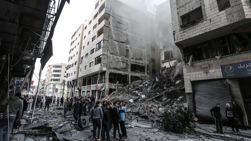 Gazastreifen: Als Folge der israelischen Luftangriffe wurde auch diese Straße in Gaza-Stadt zerstört.