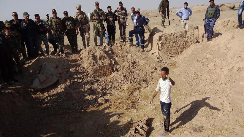 """""""Islamischer Staat"""": Iraker suchen nahe Hawidscha nach Massengräbern, in denen Opfer des """"Islamischen Staats"""" vermutet werden."""