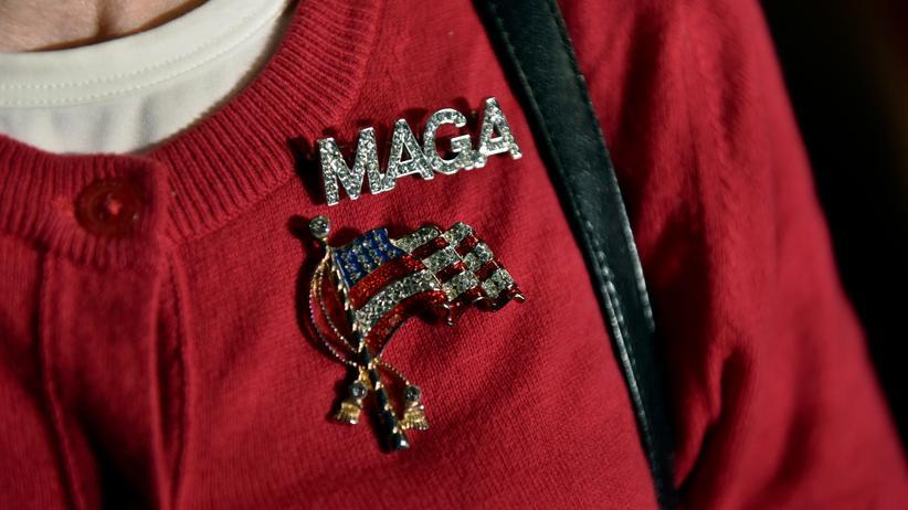 """Midterm-Wahlen: Eine Anhängerin der Republikaner zeigt ihre Unterstützung mit einem Anstecker: MAGA steht für """"Make America Great Again"""""""