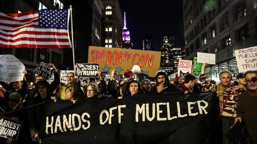 Robert Mueller: Überall in den USA sind Menschen auf die Straße gegangen, um für den Schutz der Sonderermittlungen Robert Muellers zu demonstrieren.