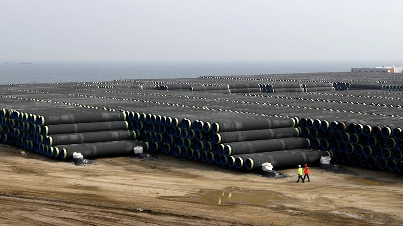 Gaspipeline: Techniker neben Teilen für die Gaspipeline Nord Stream 2 (2010)
