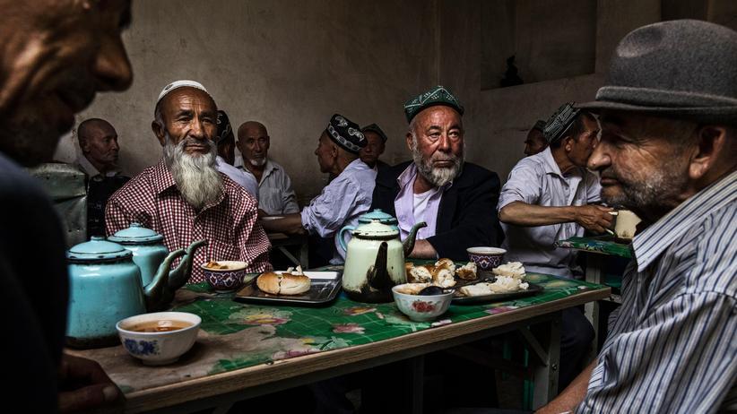 """Xinjiang: China rechtfertigt """"Umerziehungslager"""" für Uiguren"""