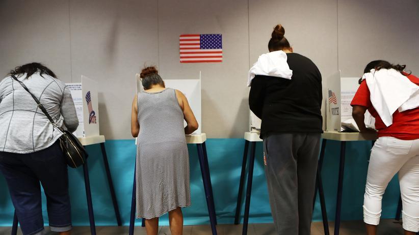 US-Zwischenwahlen: Wählerinnen und Wähler geben ihre Stimme ab, um das US-Parlament für die kommenden zwei Jahre zu bestimmen.