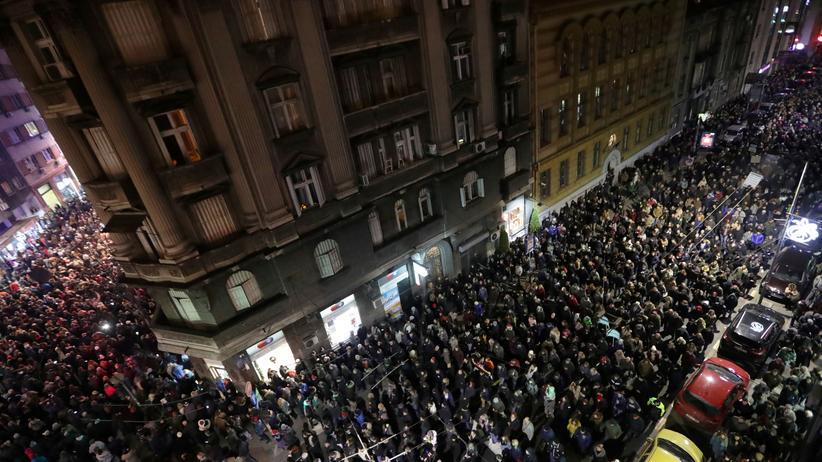 Serbien: Nach Schätzungen von Augenzeugen liefen mehr als 20.000 Menschen durch das Zentrum der Hauptstadt.
