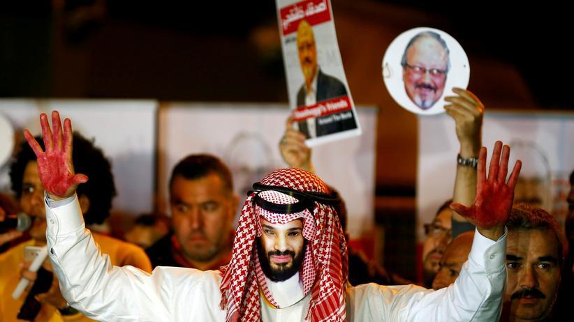 Fall Jamal Khashoggi: Demonstranten fordern weitere Ermittlungen im Fall Jamal Khashoggi. Sie protestieren vor dem Tatort, dem saudischen Konsulat in Istanbul.