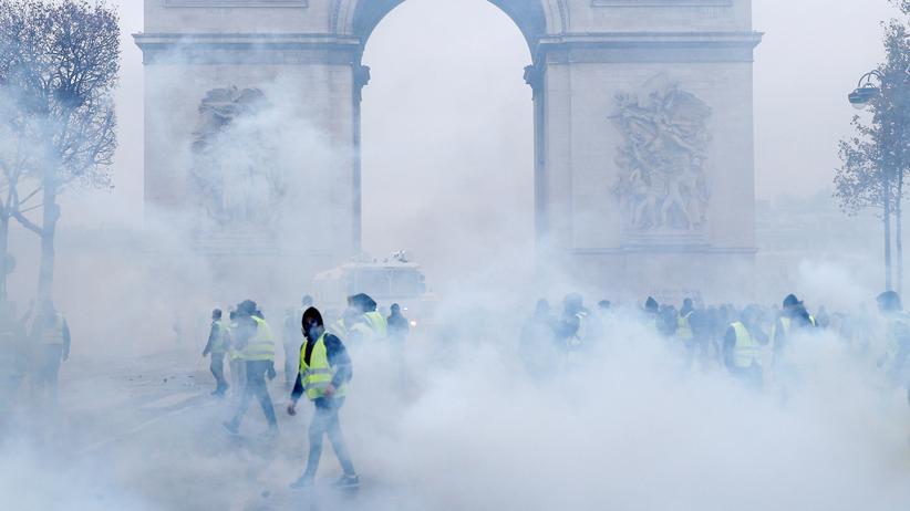 Frankreich: Anhänger der sogenannten Gelbwesten während der eskalierten Ausschreitungen in Paris am 1. Dezember 2018
