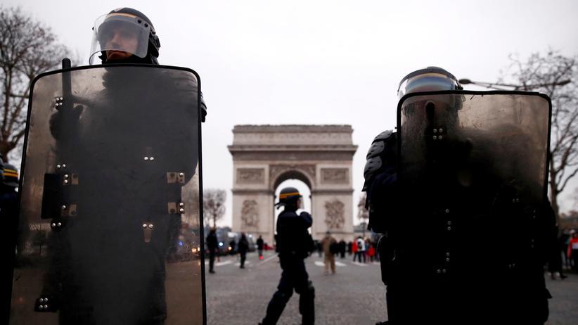 Frankreich: Die französische Polizei sichert die Champs-Élysées in Paris ab.
