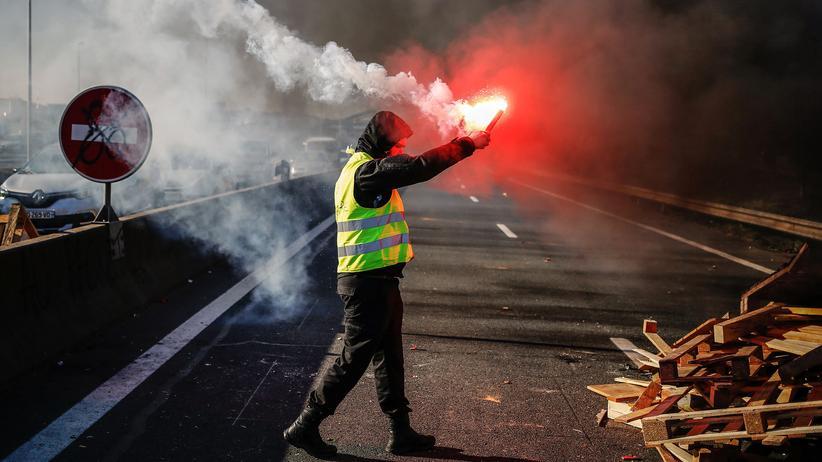 Zusagen an Gelbwesten: Günther Oettinger fordert Defizitverfahren gegen Frankreich