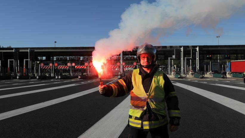 Gelbwesten-Protest an der Autobahn-Mautstelle im französischen Antibes