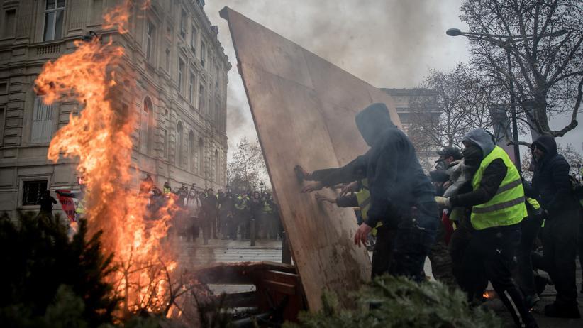 Paris: Protestierende in der Nähe des Pariser Triumphbogens