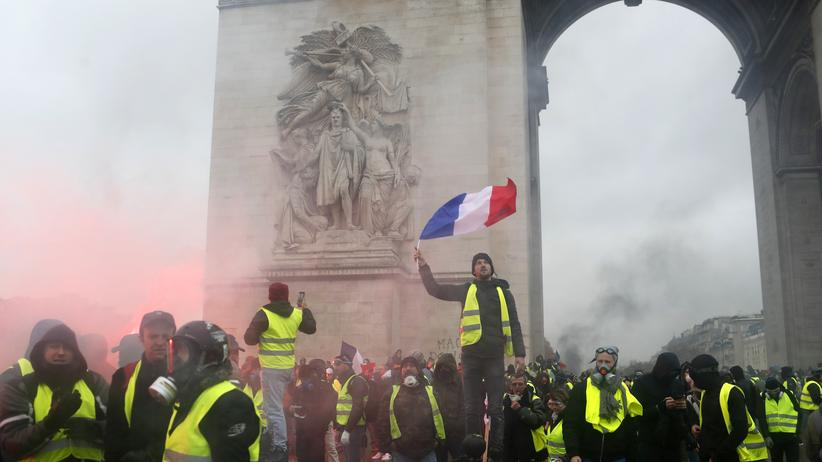 Paris: Ein Demonstrant der Gelbwesten am zentralen Arc de Triomphe in Paris