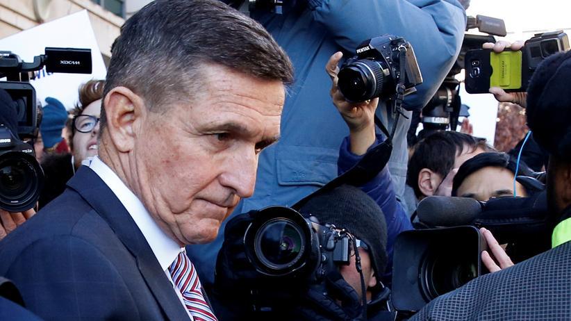 Russland-Affäre: Donald Trumps früherer Sicherheitsberater Michael Flynn verlässt das Gerichtsgebäude, nachdem die Entscheidung über das Strafmaß vertagt worden war.
