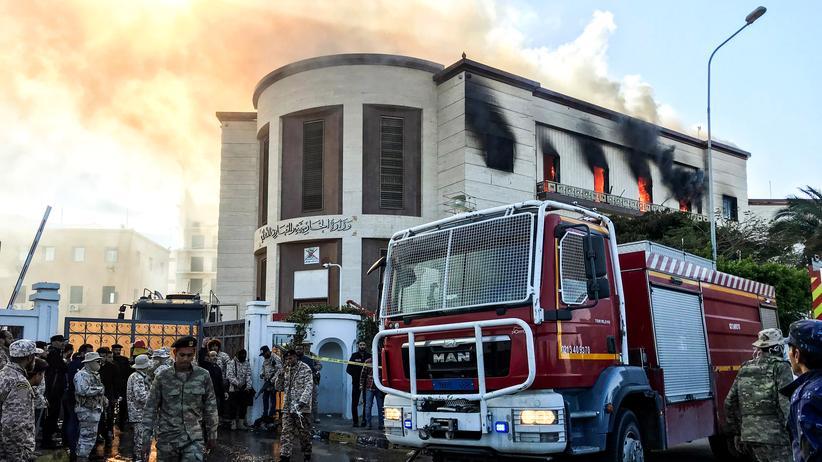 Tripolis: Rettungs- und Sicherheitskräfte vor dem libyschen Außenministerium in der Hauptstadt Tripolis