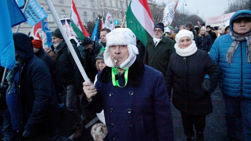 Arbeitsrecht: Ungarns Staatspräsident unterzeichnet umstrittenes Überstundengesetz
