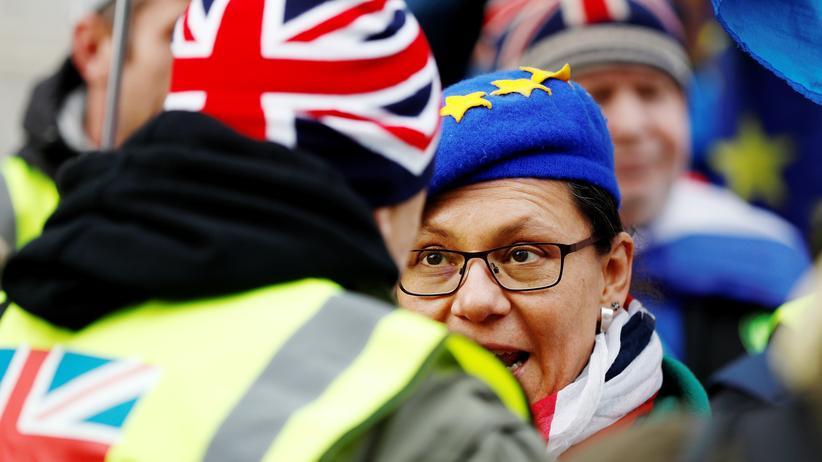 Brexit: Gegner und Befürworter des Brexits diskutieren vor dem Parlament in London.