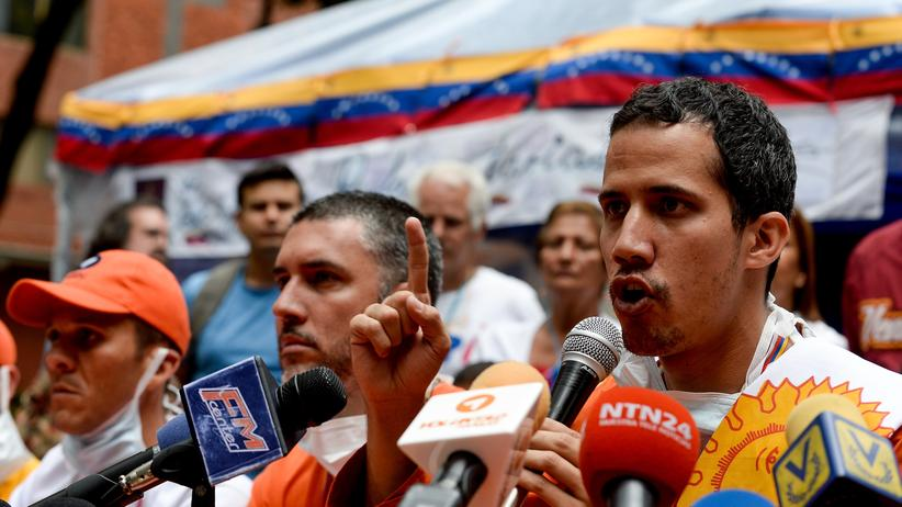 Caracas: Der Oppositionelle Juan Guaidó (rechts) während einer Pressekonferenz in Caracas (2015)