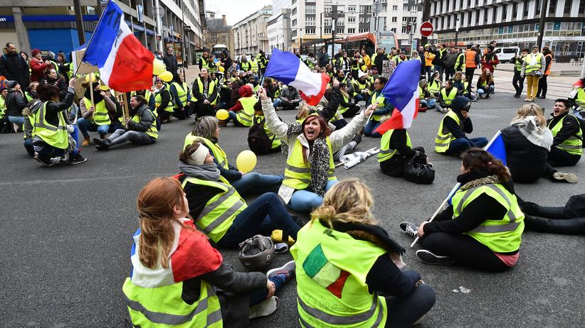 Gelbwesten: Frauen in Le Mans protestierten am 13. Januar 2019 in gelben Westen gegen Polizeigewalt. Die französische Polizei war zunehmend aggressiv gegen Demonstrierende in gelben Westen vorgegangen.