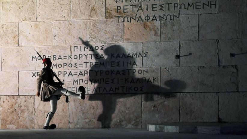 Griechenland: Ein Soldat der griechischen Präsidentengarde vor dem Grabmal des unbekannten Soldaten in Athen