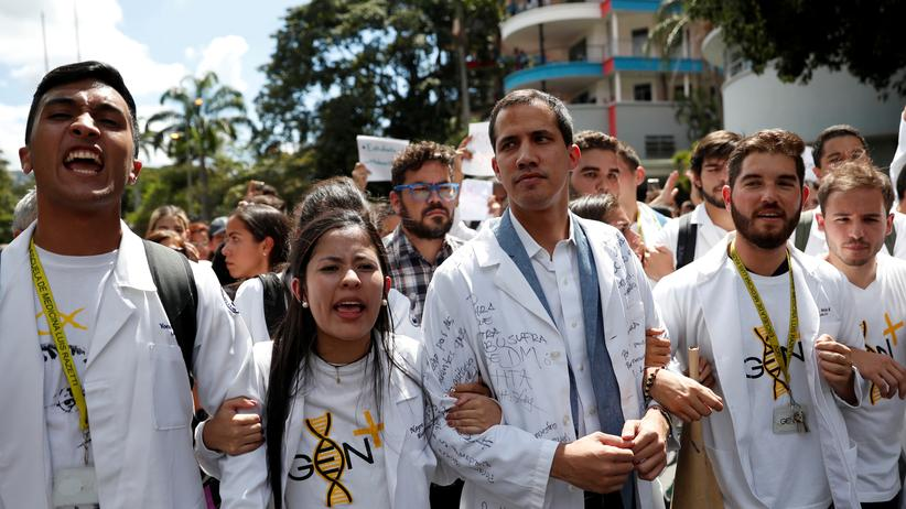 Venezuela: Venezuelas Oppositionsführer Juan Guaidó (Mitte)