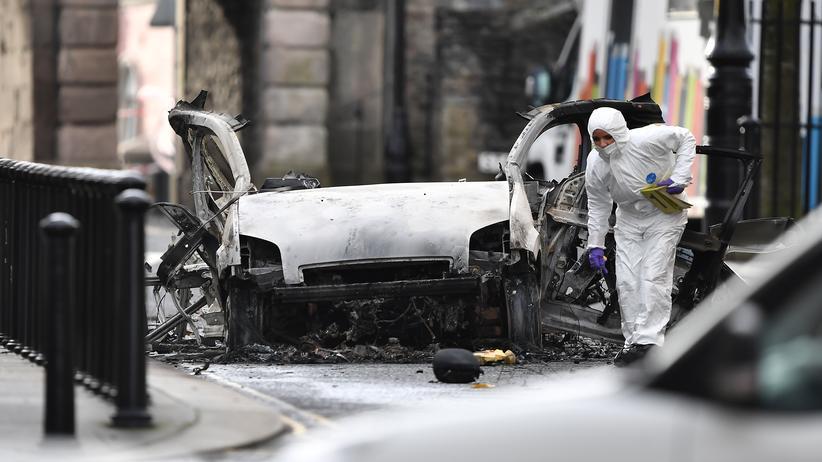 Nordirland: Ermittler untersuchen einen Van, mit dem in Londonderry ein Anschlag verübt worden ist.