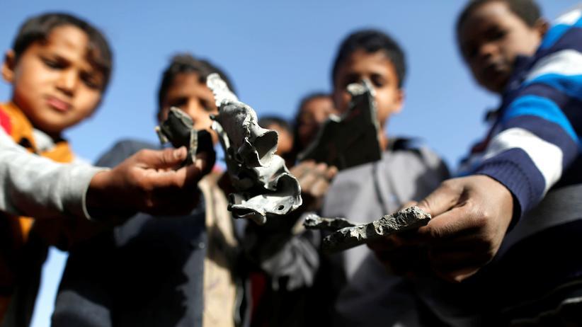 Jemen: Jungen in Sanaa zeigen Raketensplitter, die sie nach einem Angriff gefunden haben.