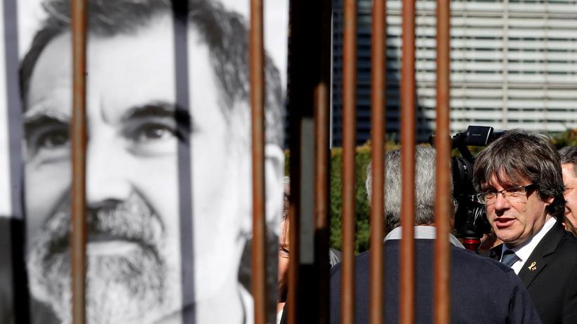 Jordi Cuixart: Der ehemalige katalanische Präsident Carles Puigdemont posiert im September in Brüssel vor einem Porträt des inhaftierten Aktivisten Jordi Cuixart