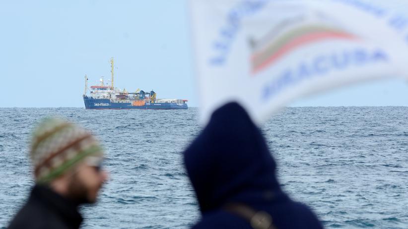 """Seenotrettung: Das Rettungsschiff """"Sea-Watch 3"""" ist vor der sizilianischen Küste in der Nähe von Syrakus zu sehen."""
