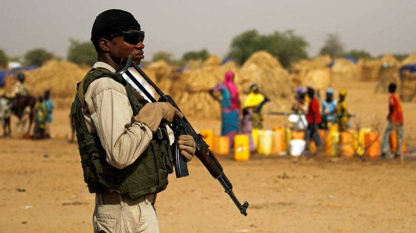 Niger: Soldat bei einem Besuch des nigrischen Innenministers in einem Lager in Diffa (Archivbild)