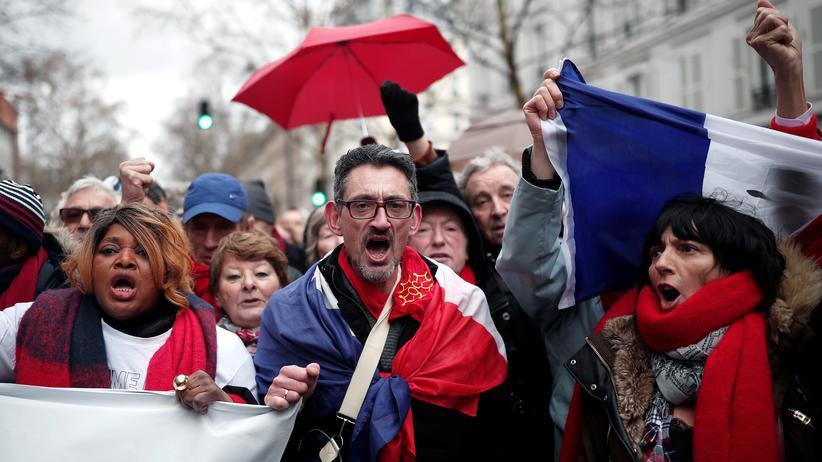 Frankreich: Tausende Rotschals demonstrieren gegen Gelbwesten