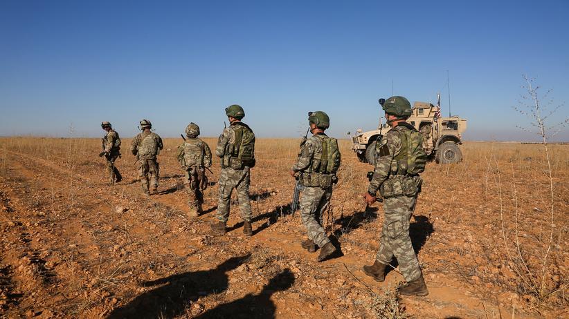 Syrien: US-amerikanische und türkische Soldaten bei ihrer ersten gemeinsamen Patrouille in Syrien im November