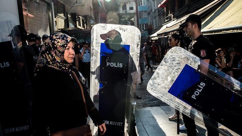 Türkei: Ein Polizeiaufgebot bei einer Demonstration im Istanbuler Stadtteil Kadıköy im Juli 2018