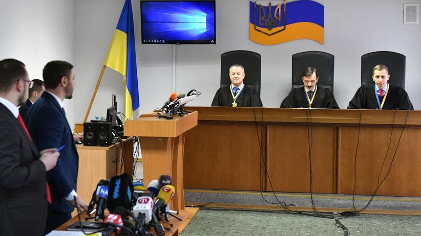 Ukraine: Die Anwälte von Viktor Janukowitsch hören den Richtern bei der Urteilsverkündung zu.