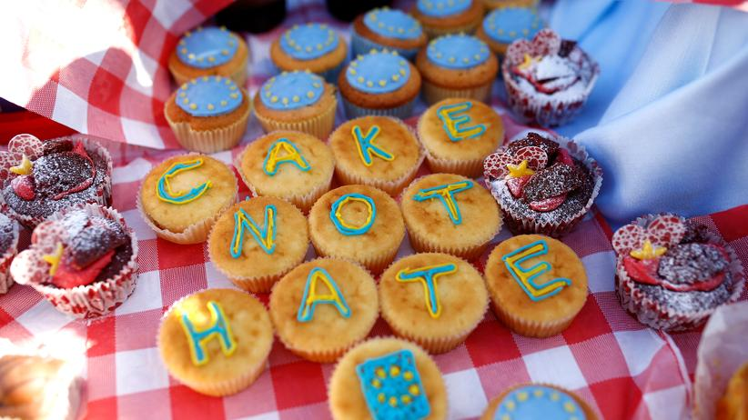 Brexit: Protest mit Kuchen: Brexit-Gegner demonstrieren Mitte Februar mit Muffins vor dem britischen Parlament.