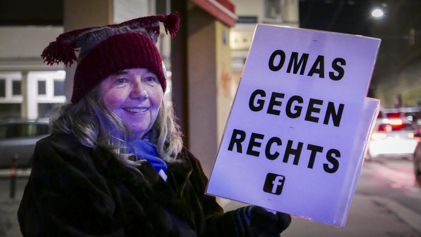 """Österreich: Fanny S. holt sich wöchentlich am Sammelplatz ein Plakat und gibt es später wieder zurück. Sie empfindet die politische Situation in Österreich als bedrohlich. """"Und da muss ich in meinem Alter auf die Straße"""", sagt sie."""