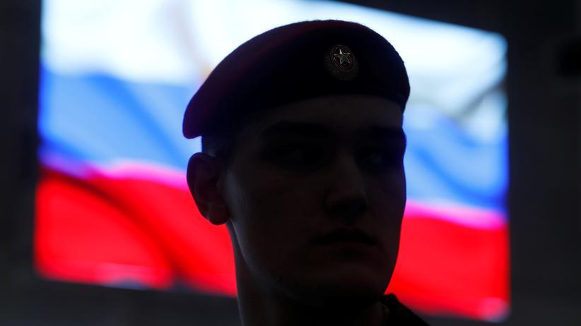 INF-Vertrag: Ab- oder wieder aufrüsten? Ein russischer Soldat während einer Präsentation der 9M729-Rakete Ende Januar nahe Moskau