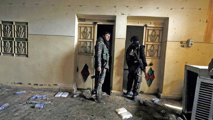 """""""Islamischer Staat"""": Kämpfer der Syrian Democratic Forces (SDF) im Januar 2019 im syrischen Hajin nach der Rückeroberung der Stadt von der Terrormiliz """"Islamischer Staat"""" (IS). Der Raum hatte dem IS als Gefängnis gedient."""